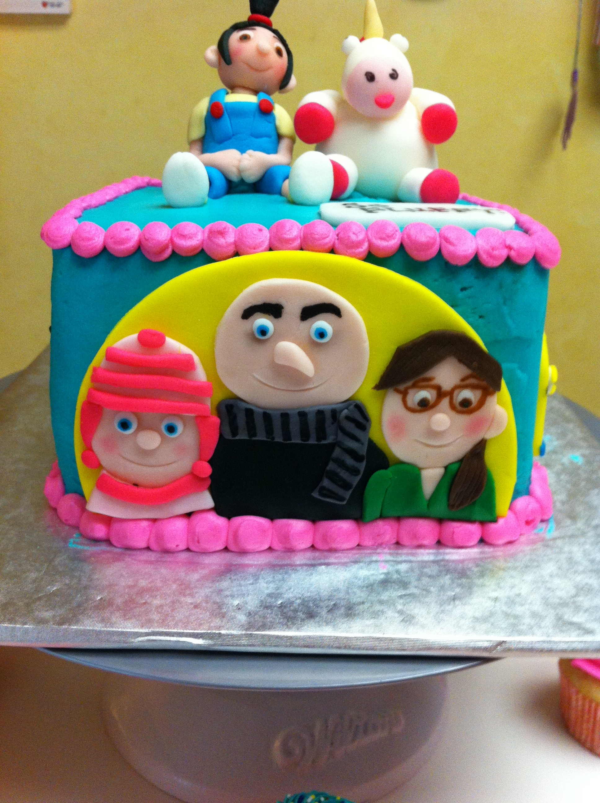 This Despicable Me Edible Cake Topper is easy to use and perfect for all your Minion cake decorating needs! These edible toppers are perfect for your cakes, cupcakes, cookies, chocolate covered oreos, chocolate or hard candy lollipops, candy apples, cake pops, rice krispie treats and more!