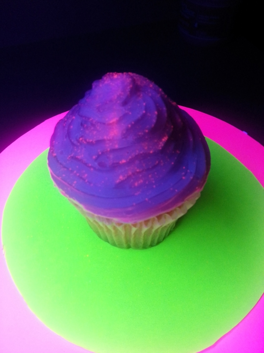 Black Light Glowing Cupcakes on Cake Central