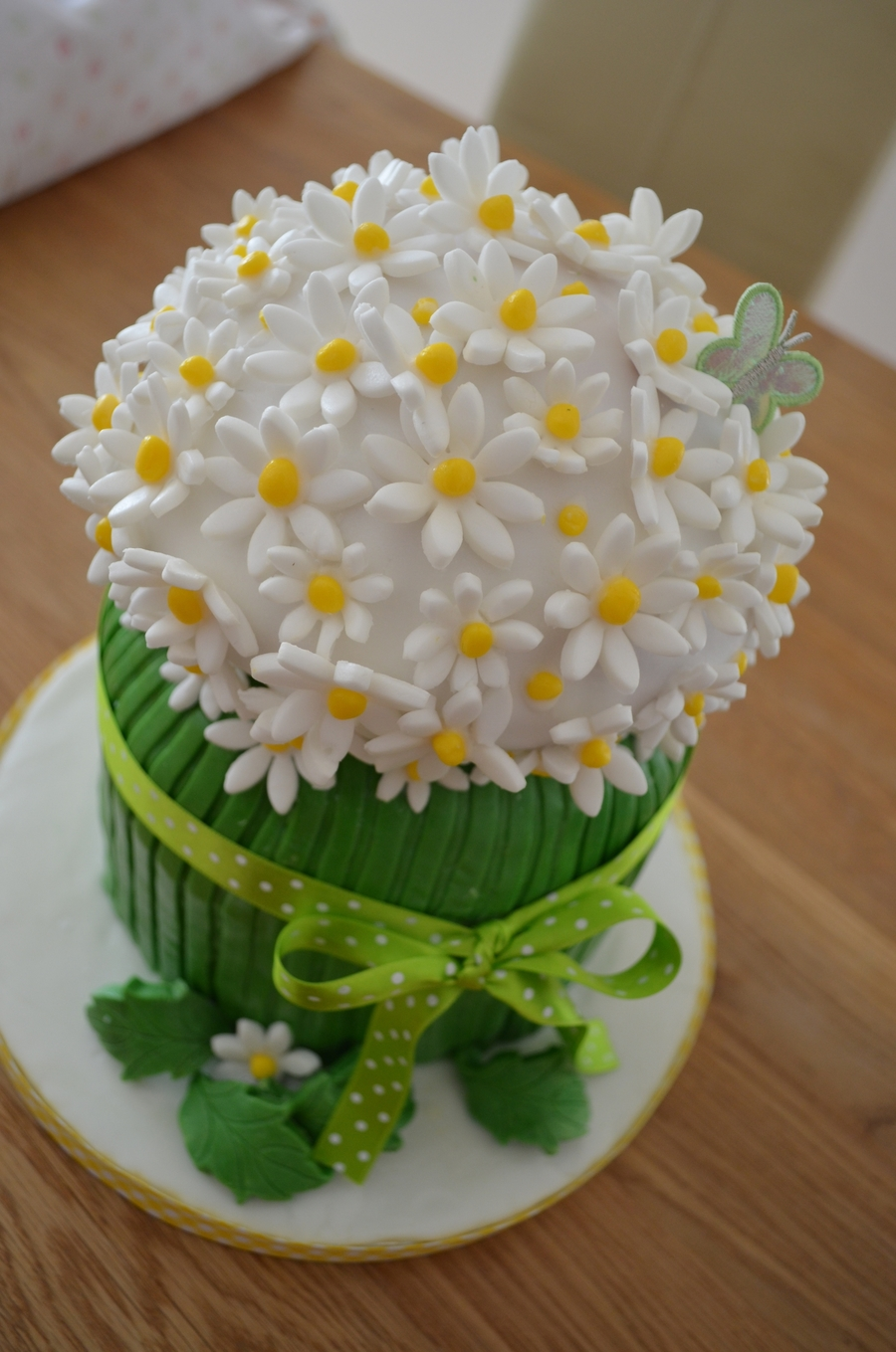 Cake Decorating How To Make Daisies : Springtime Daisy Cake - CakeCentral.com