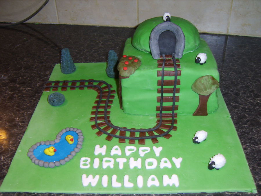 Train Trackjpeg on Cake Central