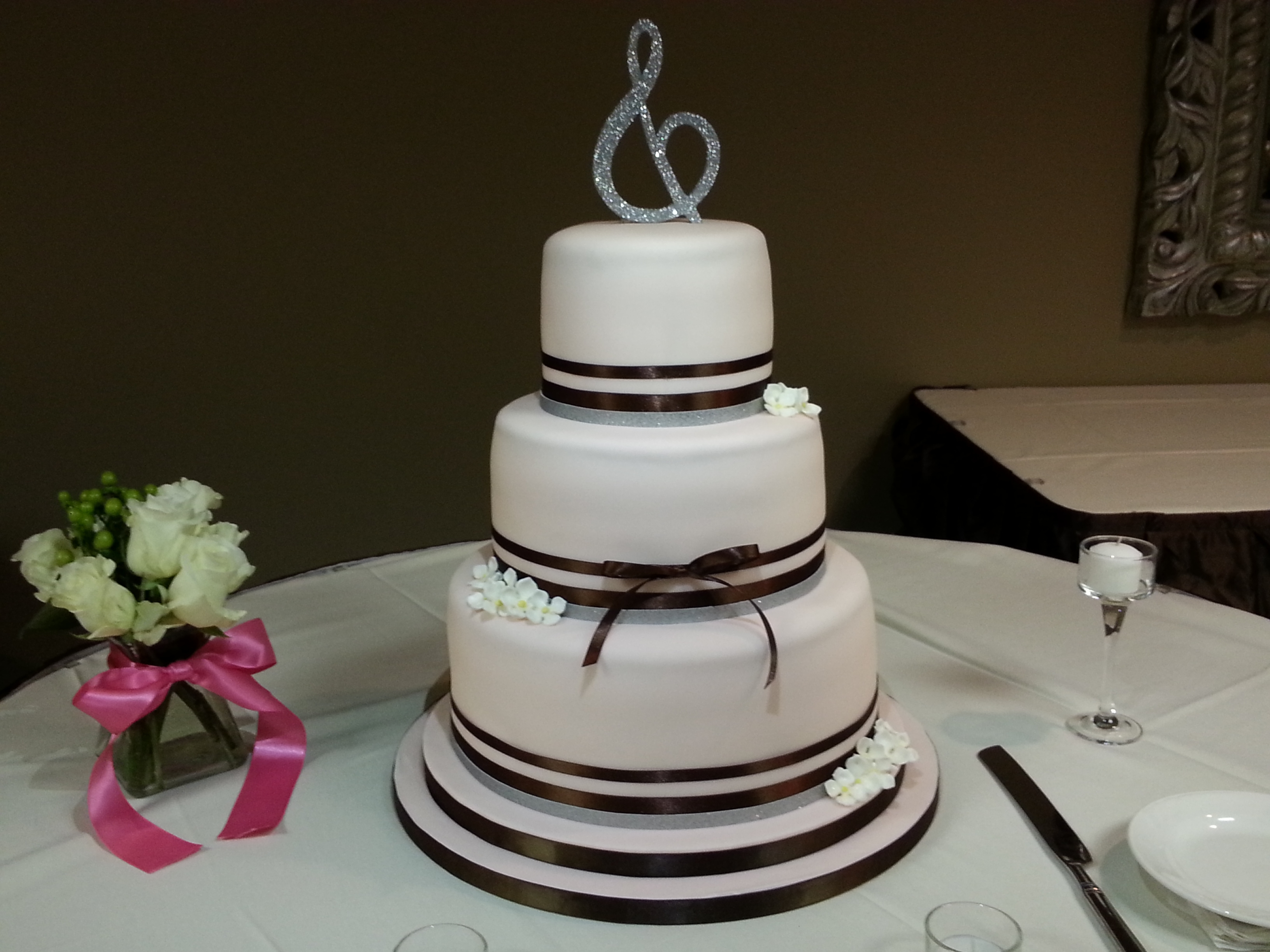 elegant double ribbon wedding cake. Black Bedroom Furniture Sets. Home Design Ideas