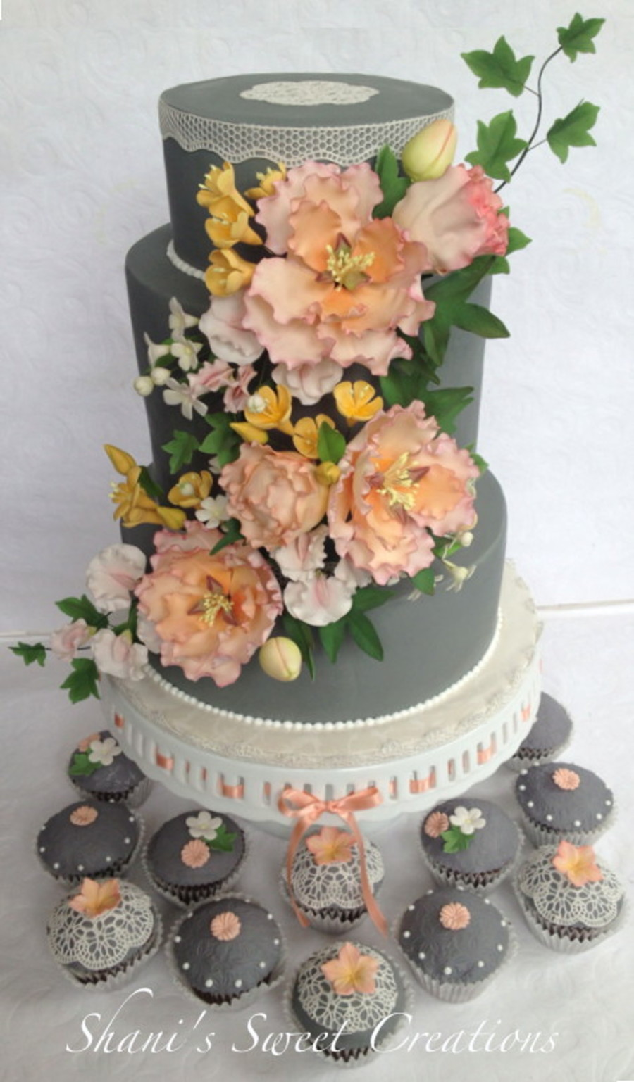 edible roses for wedding cakes wedding cake and matching cupcakes with sugar flowers and 13914
