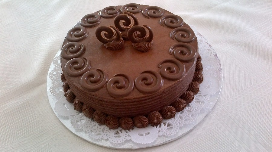 Cake Decorating Chocolate Piping : This Is A Chocolate Cake With Chocolate Butter Cream Icing ...