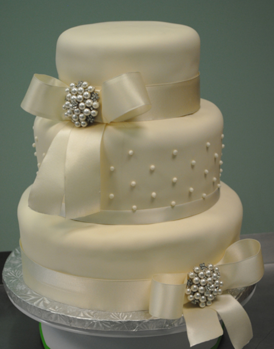 wedding cake ribbon and bow ivory wedding cake with ivory ribbon bow and broach i 23678