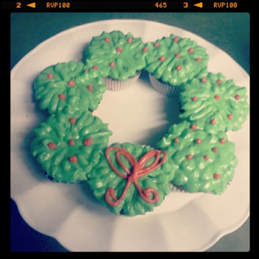 Christmas Wreath Made From Cupcakes Decorated With Cream Chesse Non Crusting Icing on Cake Central