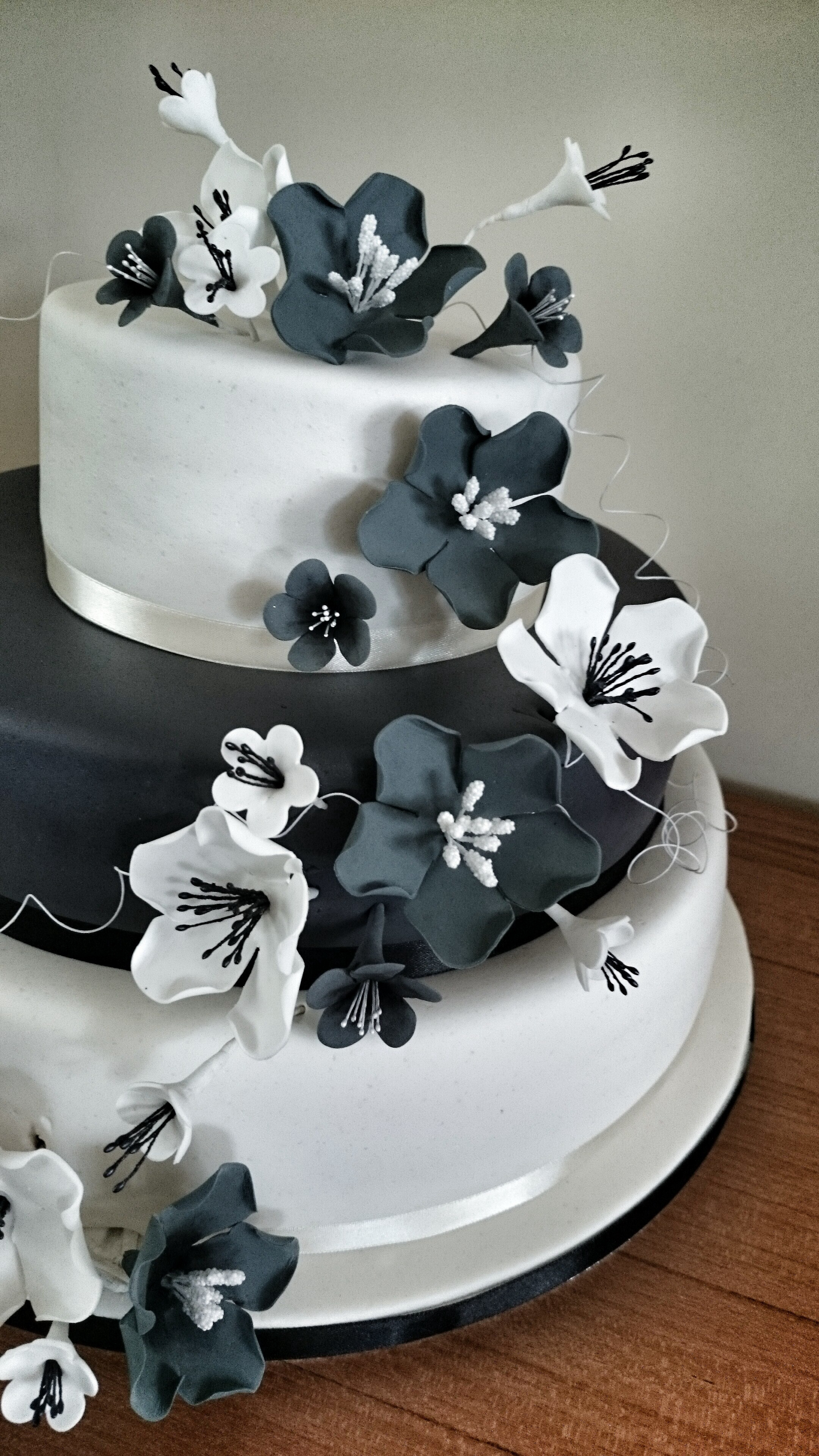 Weddingcake with black and white sugarflowers with matching you may also be interested in dhlflorist Image collections