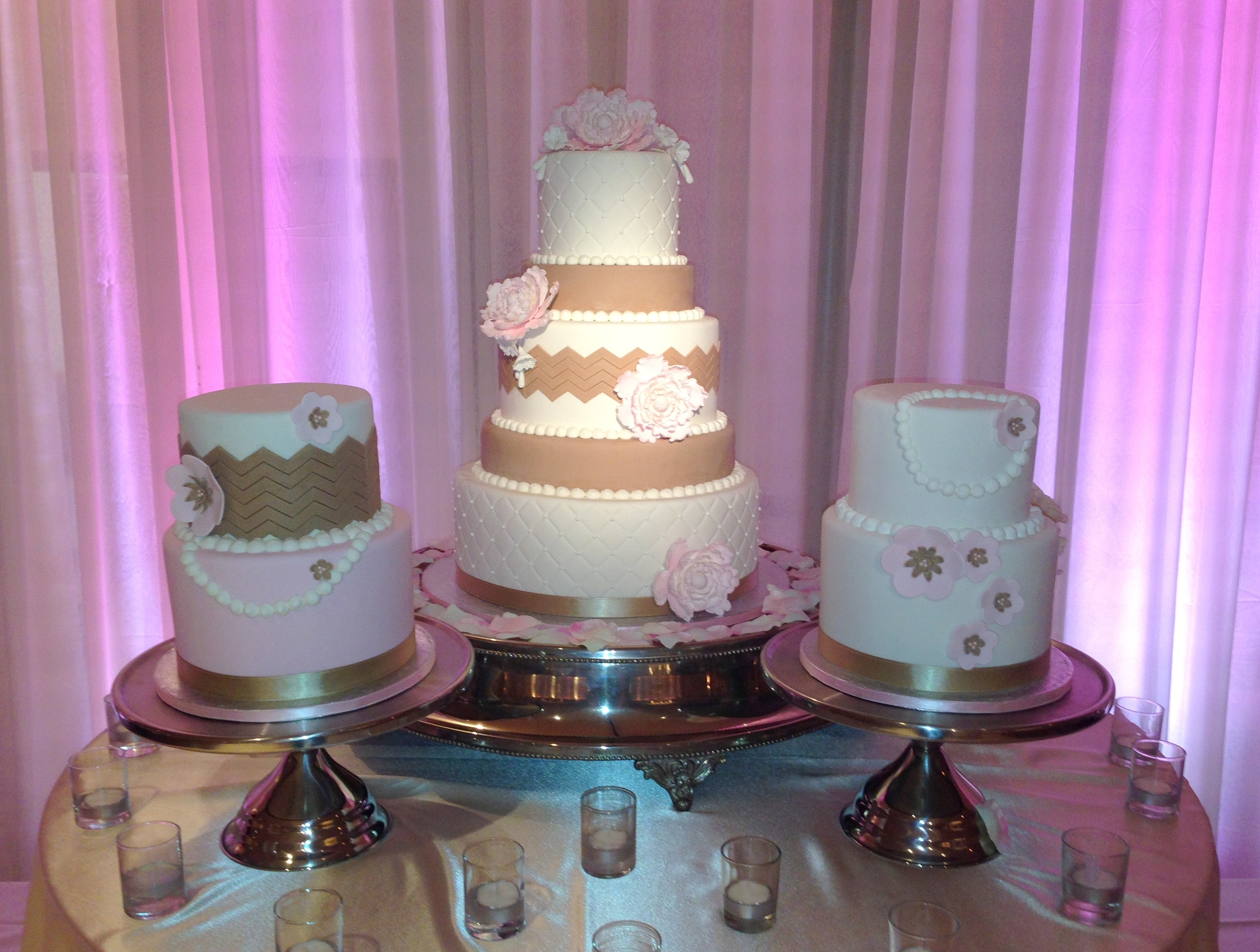pictures of satellite wedding cakes cake with two satellite cakes the chevron look 18431