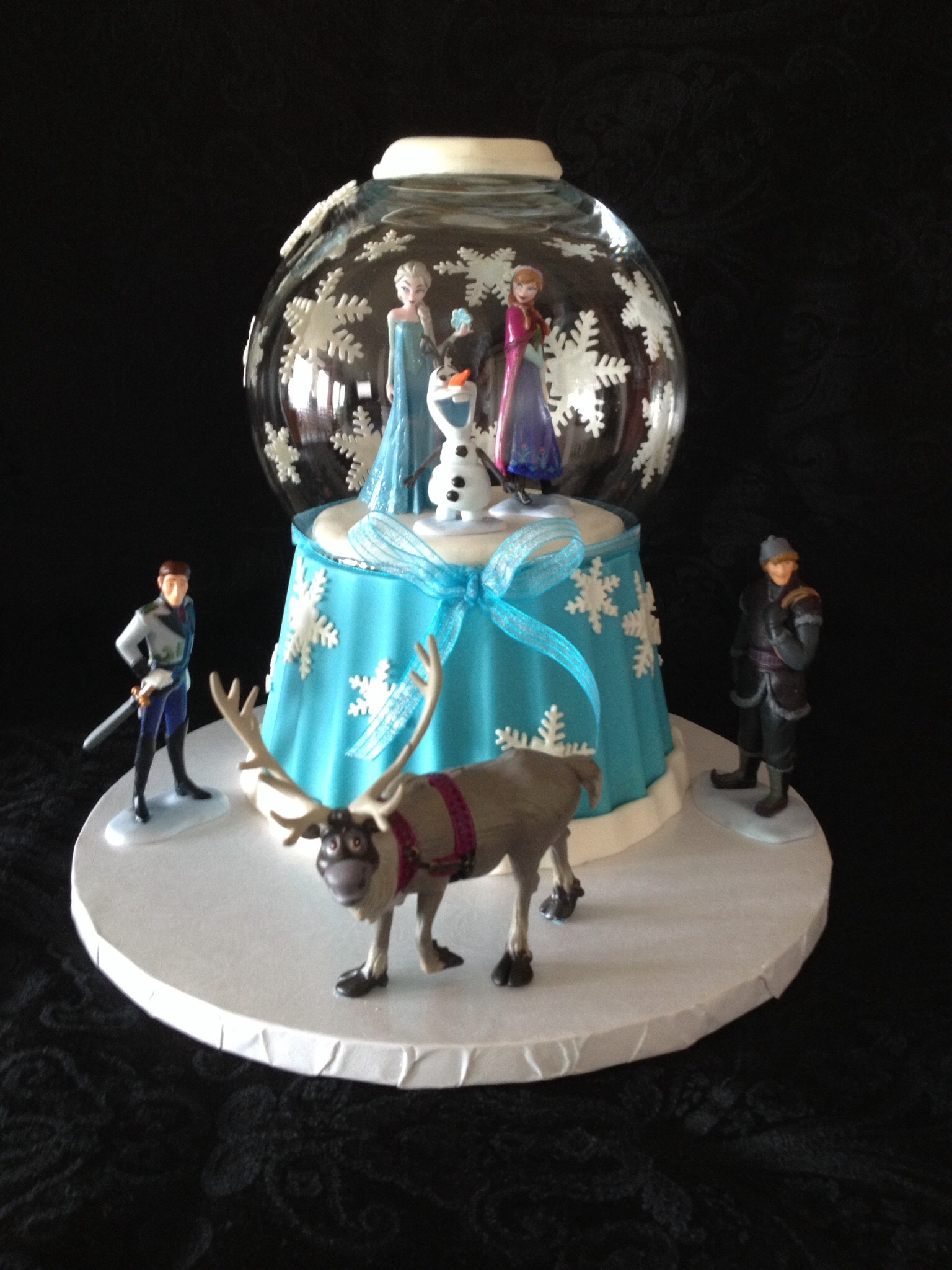 Frozen Snowglobe Saw this tutorial by Cupcake Addiction and just had to try. Figures are store bought and globe is glass bowl.