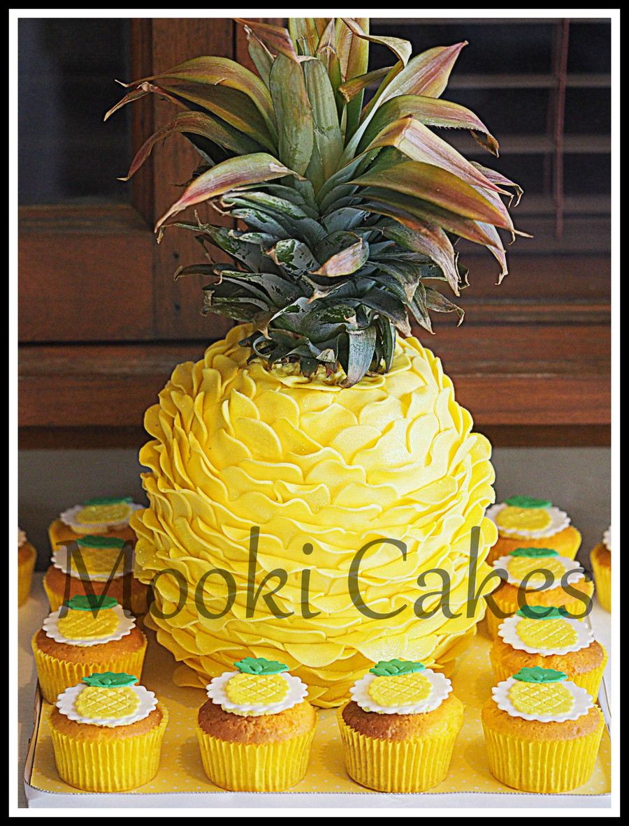 pineapple shaped cake pineapple pinata cake cakecentral 6546