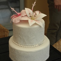Small Wedding Cake decorate with hibicus and lilly and sugarvail