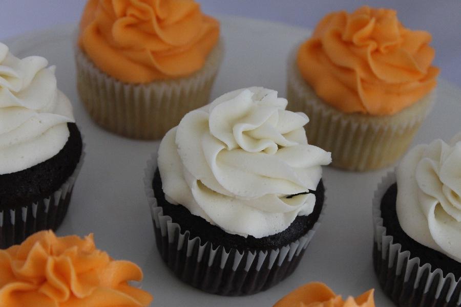 kQkpqv30sw-frosted-cupcakes_900.jpg