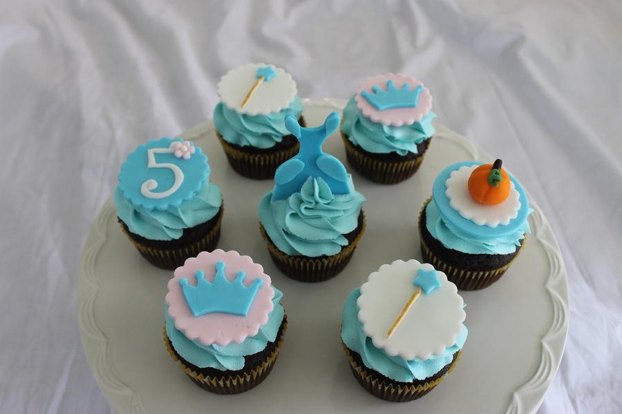 uiMbawPvym-cinderella-themed-cupcakes_900.jpg