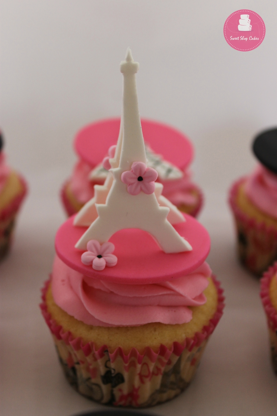 iy4Q9oaw6T-paris-themed-cupcakes_900.jpg