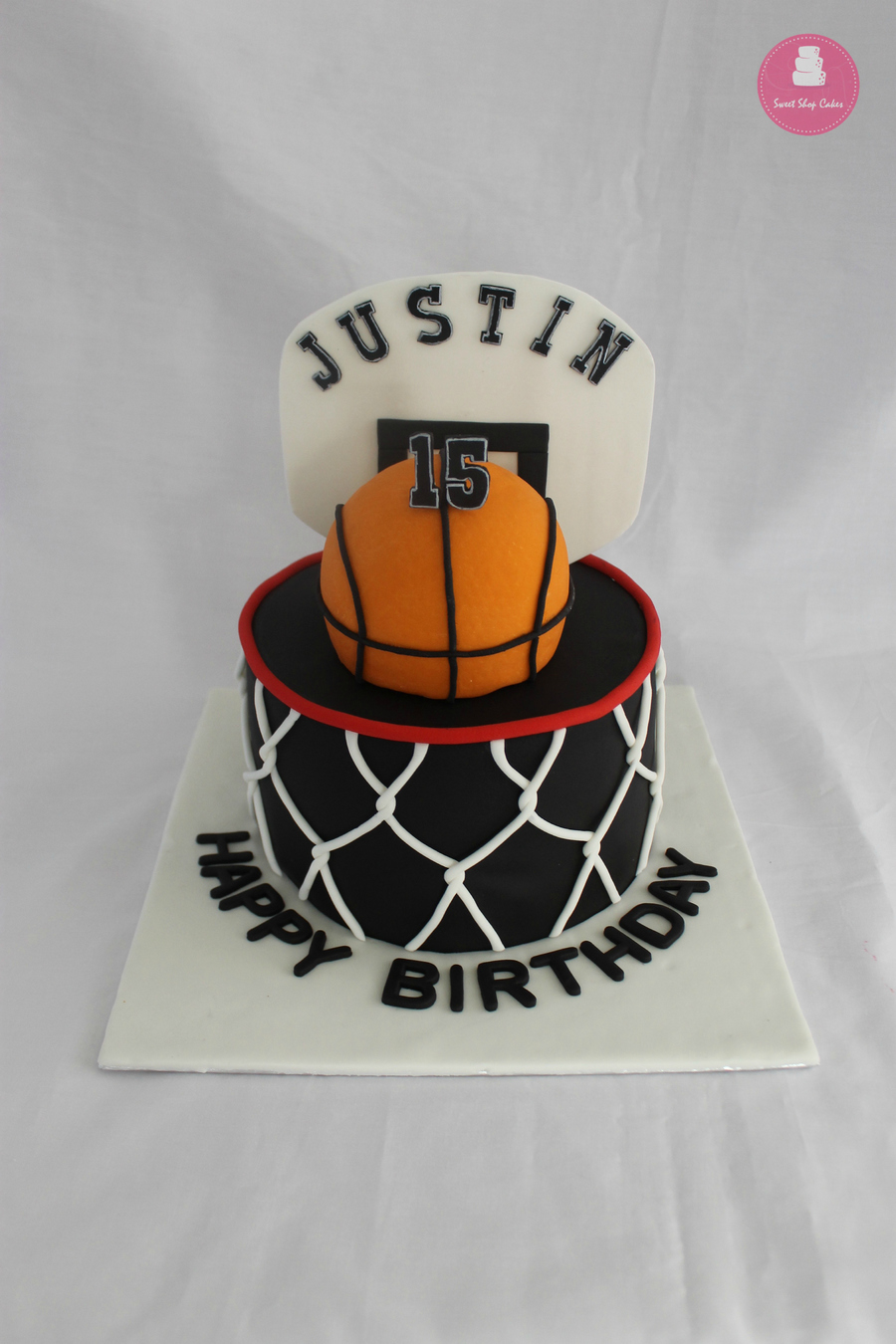 v8uvWYYFJq-basketball-themed-birthday-cake_900.jpg