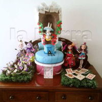Alices Adventures In Wonderland Guatemala Backwards Gravity Cake Alice's adventures in Wonderland 12th UN-birthday party Backwards Gravity defying cake la barra dulce ♧de TODO para tu...