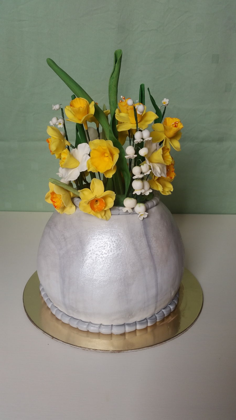 Cake vase with daffodils and lily of the valley cakecentral cake marbel vase with daffodils and lily of the valley flowers made by gum paste reviewsmspy
