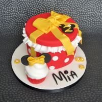 Minnie Mouse Cake Minnie Mouse themed gift and cupcake cake