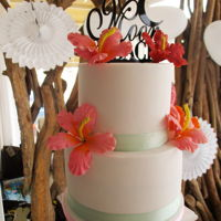Tropical Bliss This weddingcake features tropical flowers