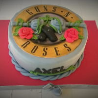 Gun´s N Roses Vainilla cake, with dulce de leche chantilly filling and chocolate mousse with chocolate chips . Guns and roses are modelling , de logo is...