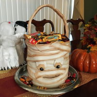 Mummy Halloween Bag Easy Mummy cake for Halloween. Just wrap strips of fondant around the cake!