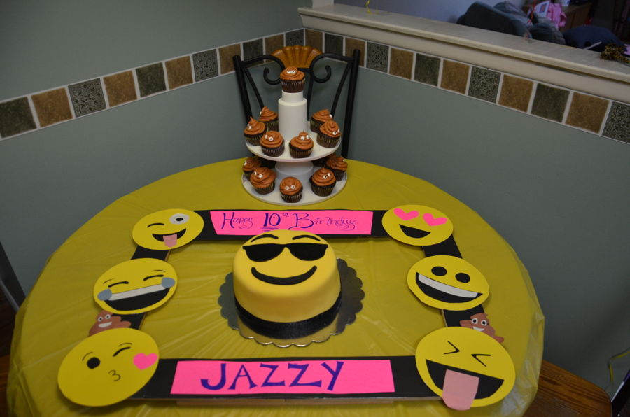 Cake Designs Emoji : Emoji Birthday Cake - CakeCentral.com