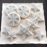 Snowflakes And Stars This is the second of four of my cookies/sets that were featured in Cake Central Magazine. I used a PME piping tip no. 1 for the stringwork...