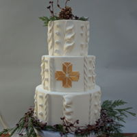Winter Wedding Cake Inspired by Erica O'Brien's Nordic star, this cake features some fondant knitting, pine cones, winterberries and a few antlers...