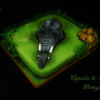 Elephant This was a very quick cake I did for a friend birthday. She loves elephants and she was delighted.TFL Ana Remígio CUPCAKES &amp...