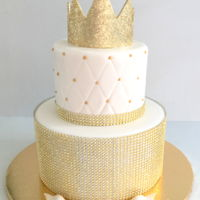 Nothing But Gold Love the simple yet striking look of this cake design. It's all about the gold.