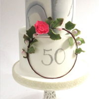 Elegant 50´s Marbled fondant ad a floral garland turned this simple cake into a very stylish one. What the client wanted for this occasion! Hope you...