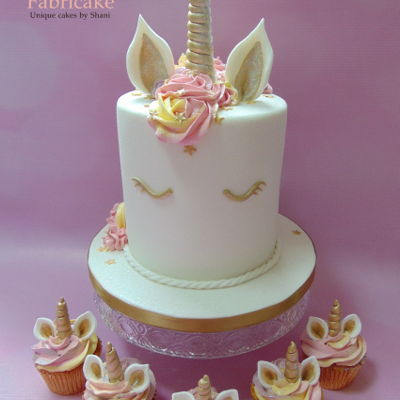 Unicorn Cake With Matching Cupcakes
