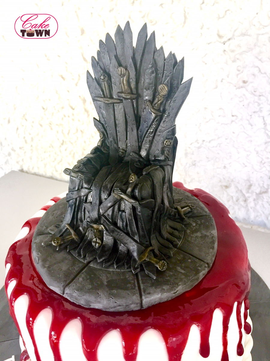 Game of thrones chair cake - Game Of Thrones Themed Cake Featuring An Iron Throne Cake Topper