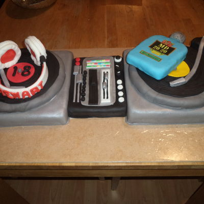 Turntable Cake Double turntable cake for a music lover