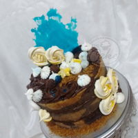 Yellow, Blue And Chocolate Fantasy I absolutely loved this cake. It proves that simplicity can be more than enough. Meringue rosettes, meringue kisses, blue candy and...