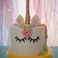 Unicorn Cake #2 A successful unicorn cake and cupcakes with all flowers staying in this time!!