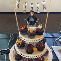 Harry Potter Cupcakes Cupcakes get a magical upgrade with fondant creations from the wizarding world. Harry Potter, Hedwig, Gryffindor scarves, lightning bolts,...