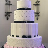 Navy Blue Bands White with blush pink roses and Navy blue bands and bows! Really spectacular combination. https://www.facebook.com/bakerytreatztt/ www....