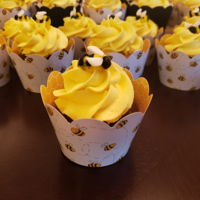 Bumble Bee 2 6 inch smash cake and cupcakes